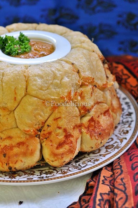 Foodelicious-Bundt garlic parmesan pull apart bread