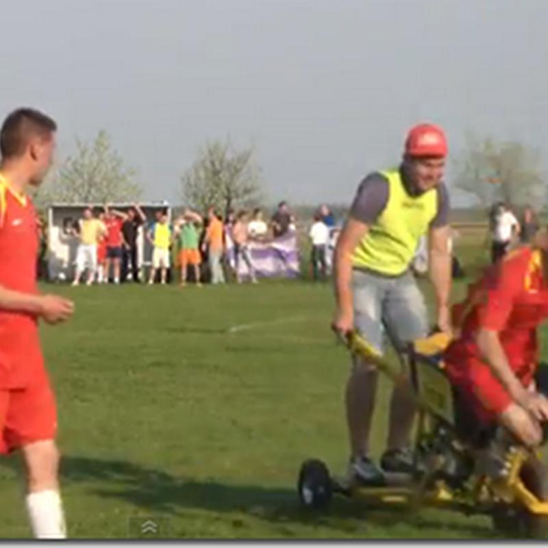 Jucător scos în afara terenului cu roaba motorizată