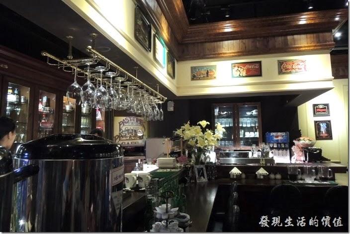 台北-佩斯坦咖啡館。餐廳一樓的吧檯。