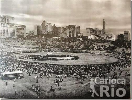 Registro da cerimônia de lançamento da Pedra Fundamental da construção da nova Catedral do Rio de Janeiro, na Avenida Chile, esplanada do Morro de Santo Antônio, em Janeiro de 1964.