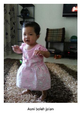Baby Auni telah boleh berjalan sendiri