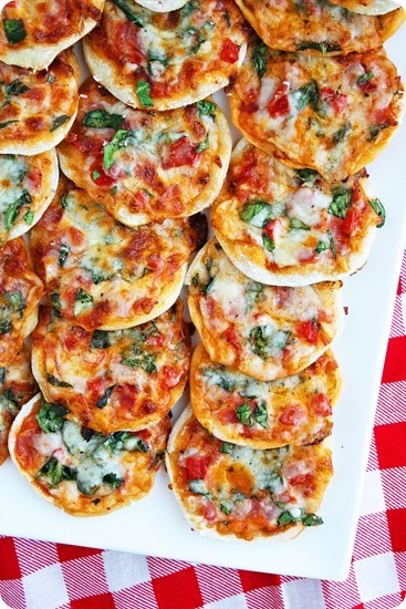 Make Your Own Mini Pizzas + Homemade Pizza Dough – Mini pizzas on homemade thin crust dough + tons of topping ideas! | thecomfortofcooking.com