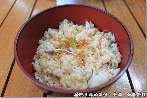 台南伊藤日本料理,小魚乾飯,上面看到的橘色的東西就是小魚乾,米飯上面還灑上了芝麻。