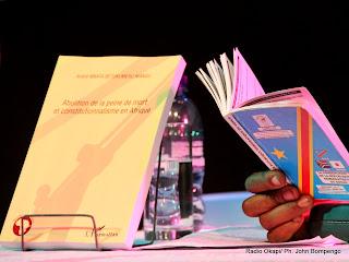 André Mbata Betukumesu Mangu, auteur du livre sur l'abolition de la peine de mort et le constitutionnalisme en Afrique, lu la constitution de la RDC lors de la présentation de son ouvrage le 11/10/2011 à Kinshasa. Radio Okapi/ Ph. John Bompengo