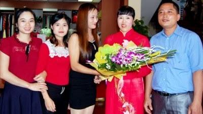 Chị Giang (áo dài đỏ) cùng đồng nghiệp.