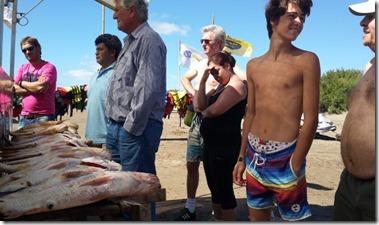 El proceso de pesca artesanal consta de la captura del animal, su lavado, su fileteado y la puesta en venta al público