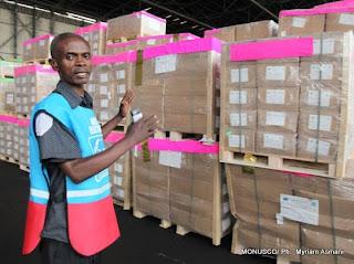 – Un agent de la Ceni explique les emplacements des kits électoraux à l'aéroport de N'djili (Kinshasa), le 16/09/2011. MONUSCO/ Ph.  Myriam Asmani