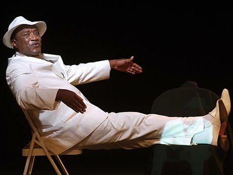 """Dieudonné Kabongo, comédien congolais  dans """"Le bal démasqué  des indépendances"""",  à l'occasion de la seconde édition du festival « Sautes d'humour »  à Paris (France, 26 /07/2010). Ph. dieudonnekabongo.com"""