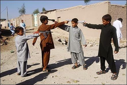 Crianças afegãs brincam com pistolas de imitação em Jalalabad