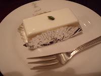 名物のレアチーズケーキ。小ぶりですが濃厚でおいしかった!