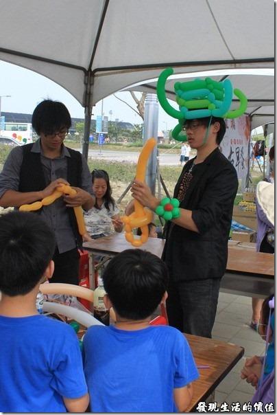 台南-台灣歷史博物館。民俗攤位上還有大哥哥在製作造型氣球耶!