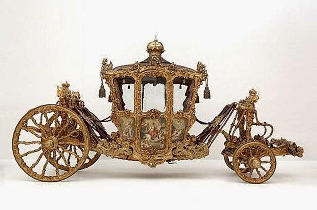 Especialmente impresionante es la carroza imperial, un magnífico carruaje barroco, con seis ventanas de cristal veneciano, pinturas alegóricas en sus portez e
