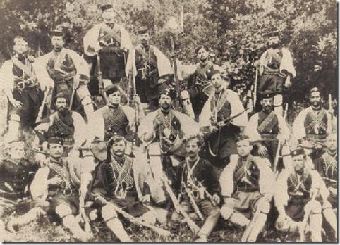 Φωτογραφία της ομάδας του Παύλου Μελά. Λίγες μέρες πρίν το θάνατό του ο Παύλος Μελάς χωρίς στολή μακεδομάχου φοράει ακόμα παντελόνι (κάτω σειρά, στη μέση).