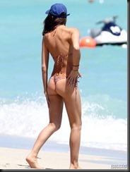 irina-shayk-thong-bikini-miami-02-675x900