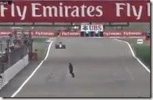 Uomo invade la pista
