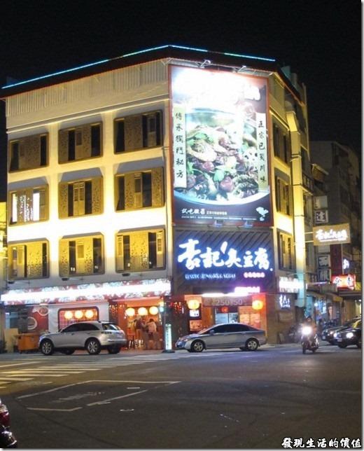 豪記台南旗艦店位於台南市夏林路1號 (水萍塭公園對面) ,是一棟四層樓的建築。