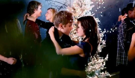 justin-bieber-kissing-under-the-mistletoe