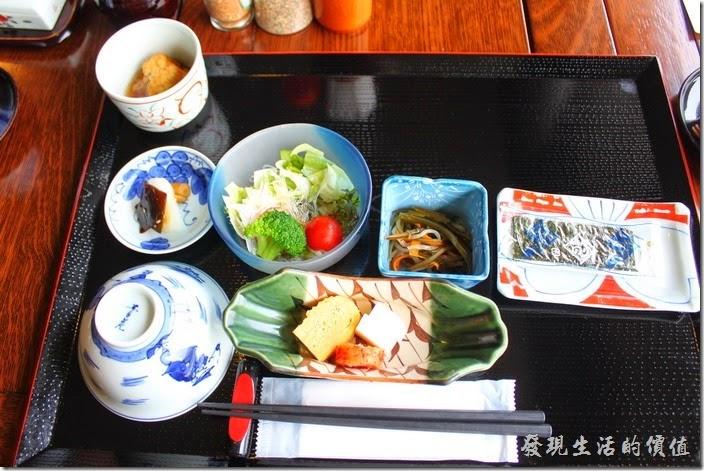 日本北九州-湯布院-彩岳館-早餐。在我們還到餐廳前,飯店服務人員照例已經盡心的先把冷盤的菜色準備好了。