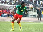 Un joueur des lions indomptables du Cameroun (vert-rouge) contre  Les léopards de la RDC (rouge-bleu) le 7/10/2011 au stade des martyrs à Kinshasa, score final : 2-3. Radio Okapi/ Ph. Apo Matongo