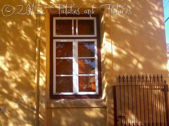 Janela de uma casa amarela São Francisco do Sul