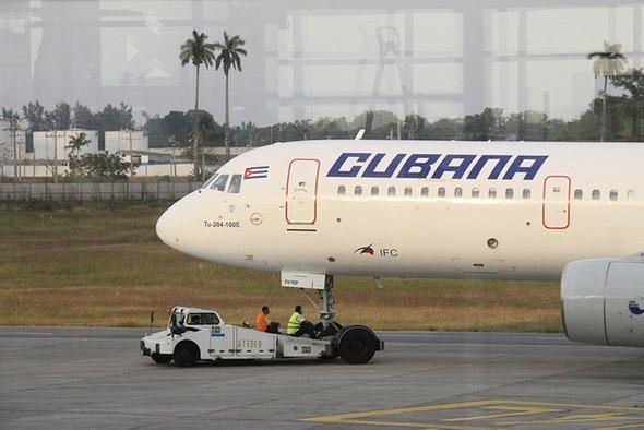 Cubana de Aviación TU 204
