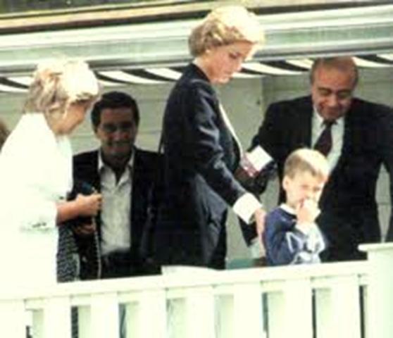 Mohamed al Fayed junto a su hijo Dodi y Diana Spencer en 1986