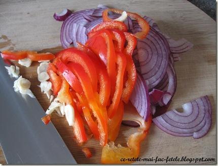 Paste cu ton şi măsline - taiem legumele