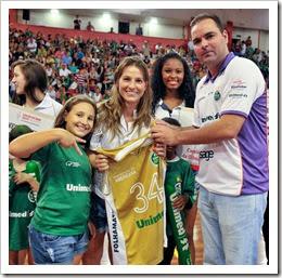 Leilão do Bem - Ricardo Molina entrega camisa da pivô Gil para Arina Hansen - Foto Oswaldinho Pellizoni