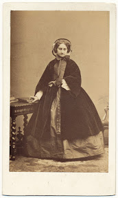 unbekannte Dame, April 1860 Foto: Disdéri, Paris