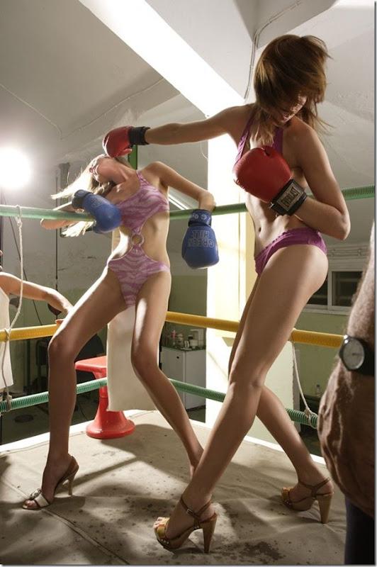 Garotas sexys lutando boxe de biquíni (3)