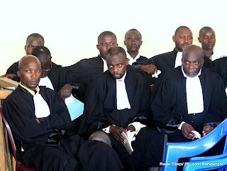 Les avocats de la defense ce 9/05/2011 à Kinshasa, lors du procès Chebeya à la prison centrale de Makala. Radio Okapi/ Ph. John Bompengo