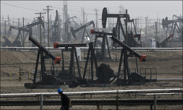 This 16 January 2015 file photo shows pumpjacks operating at the Kern River Oil Field in Bakersfield, California. Photo: Jae C. Hong / AP