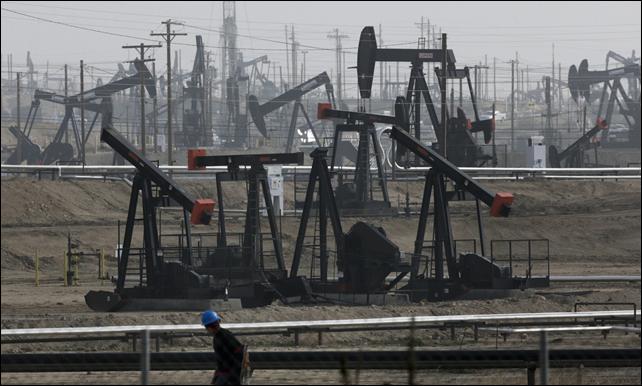 This 16 January 2015 file photo shows pumpjacks operating at the Kern River Oil Field in Bakersfield, California. Photo: Jae C. Hong / AP