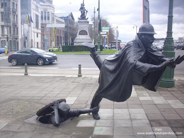 estatua-ladron-y-policia-bruselas.JPG