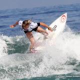 Pauline à l'attaque des vagues de la Côte des Basques