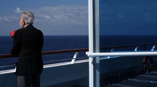 نمایی از عرشه و دریا و آسمان با طیفهای متنوعی از «آبی» به سُکرآوریِ یک نقاشیِ شگفتانگیز گرفته شده
