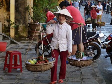 15. Vanzatoare de fructe din Vietnam.JPG