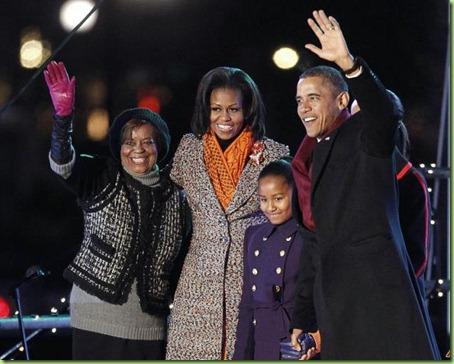 barack-obama-michelle-obama-malia-obama-sasha-obama-marian-robinson-2011-12-1-17-40-54