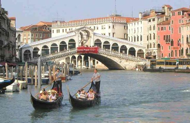gondolas_venice_italy