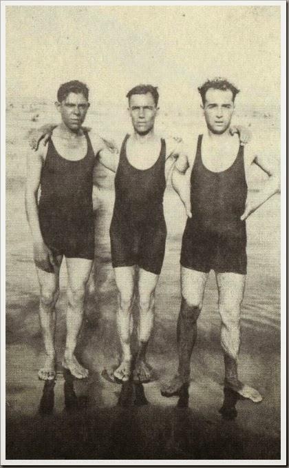 BAÑISTAS EN LA PLAYA CA 1920
