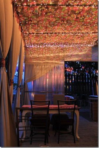 昆山夢田香草,室外用了很多窗簾紗,天花板還裝飾了很多的聖誕燈,讓人有溫新的感覺。