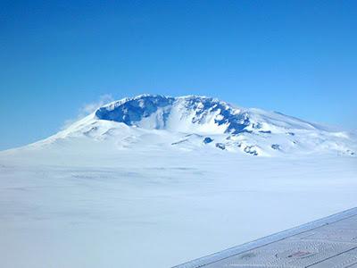 Descubren un volcán activo bajo la superficie de la Antártica