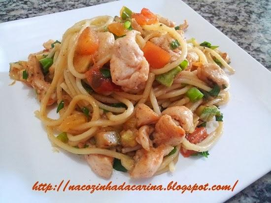 espaguete-com-frango-e-legumes-grelhados-01