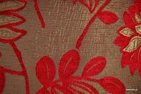 Tkanina obiciowa z efektem metalicznym w kwiaty. Czerwona, brązowa.