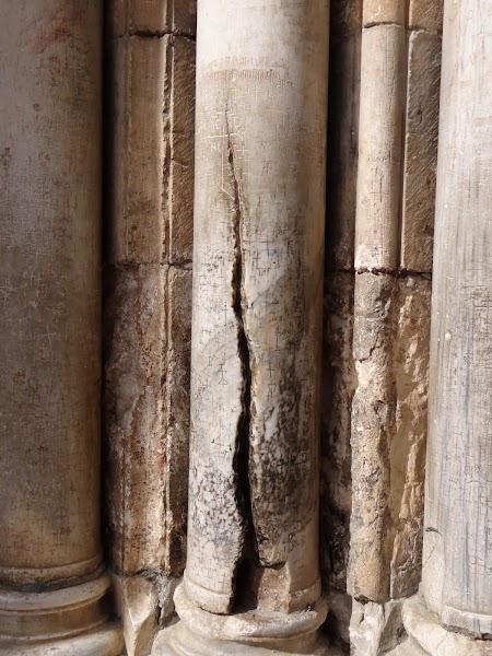 Biserica Sfantului Mormant Ierusalim: Coloana crapata de fulger