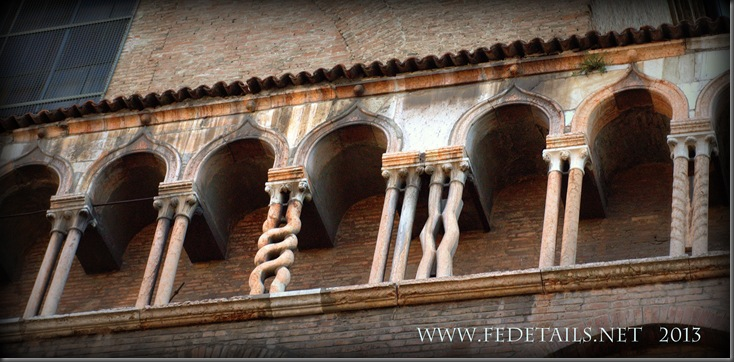 La leggenda delle colonnine del Duomo, foto 2 , Ferrara, Emilia Romagna, Italia - The legend of the columns of the Cathedral, photo 2, Ferrara, Emilia Romagna, Italy - Property and Copyrights of FEdetails.net