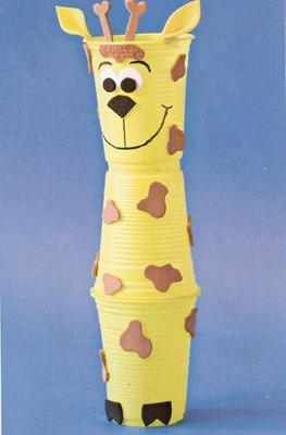 jirafa con vasos de plastico
