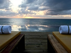 terraza-de-madera-Kenoa-Spa-Resort