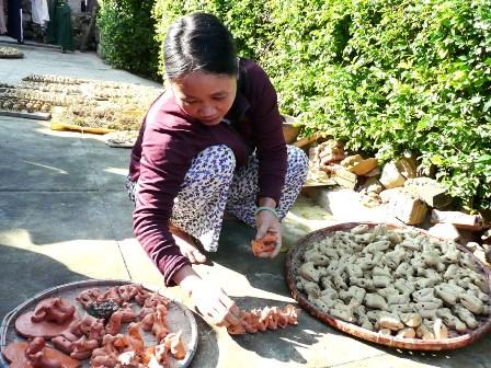 Chị Hoàng Thị Nam bên các sản phẩm gốm 12 con giáp