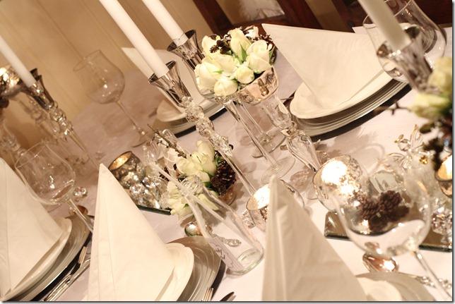 hvitt bord pyntet med sølv, kongler, diamanter og snø  IMG_0786